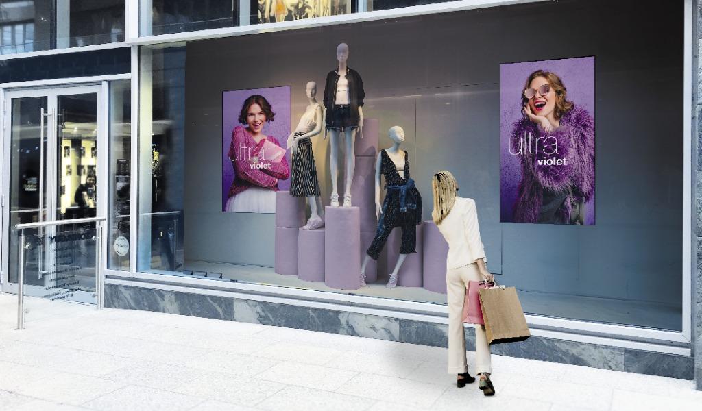 Werbebildschirm im Schaufenster